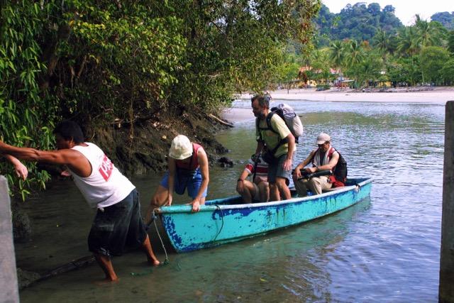 Traversée du petit bras de mer (Attention, crocodiles !) pour atteindre l'accès à la réserve de Manuel Antonio.