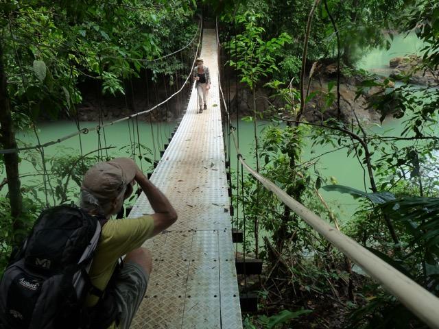pont suspendu traversée rivière Corcovado